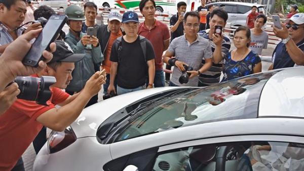 Xước kính ô tô, tài xế 'bắt đền' trạm BOT Cai Lậy