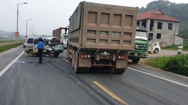 Xe van đấu đầu ô tô tải, nữ tài xế Hưng Yên bị th ương nặng