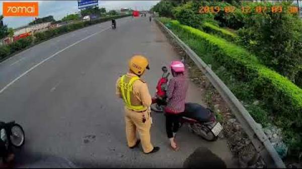Clip: Cố dắt bộ xe đi ngược chiều, cô gái vẫn bị CSGT bắt ở Hưng Yên