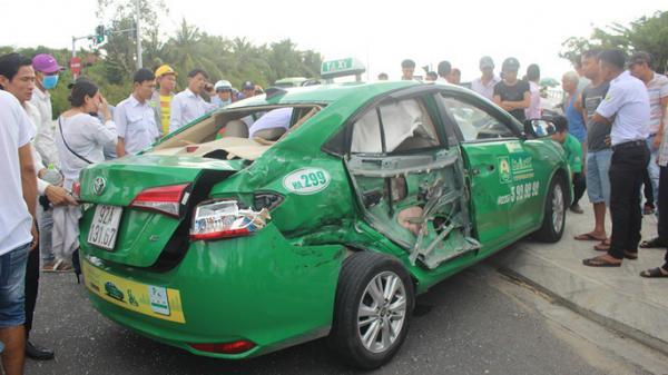 Xe tải t ông taxi, 3 khách du lịch quê Hưng Yên th ương v ong