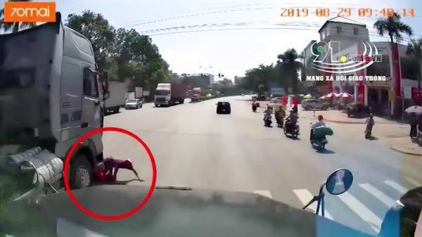 Clip: Bị container kéo lê, thanh niên nhảy khỏi đầu xe thoát ch.ết trong gang tấc, người còn lại t.ử v.ong