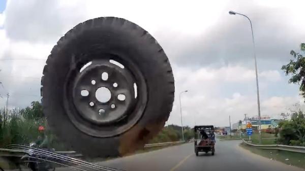 Video: Giật mình cảnh bánh xe bất ngờ văng nứt kính chắn gió của ô tô ở Hưng Yên