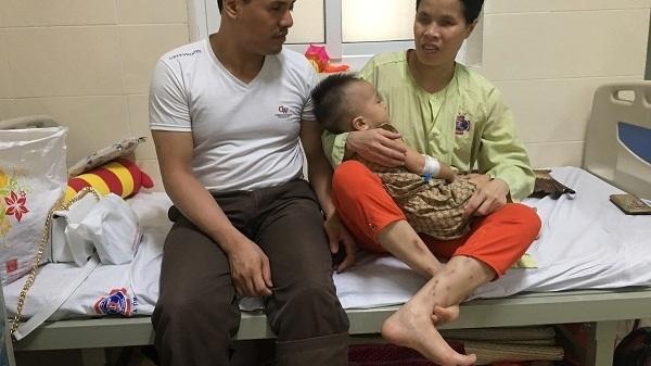 Hưng Yên: Vợ chồng mù khóc nghẹn xin cứu con bị ung thư võng mạc cần sự giúp đỡ của mọi người