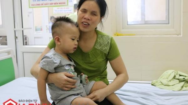Hưng Yên: Bố mẹ khiếm thị cạn nước mắt nhìn con ung thư võng mạc nguy cơ hỏng mắt