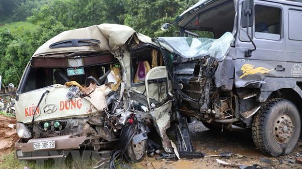 Xe khách Sơn La - Hưng Yên đ.âm xe tải v.ăng sang bên đường, 6 người bị thương nặng