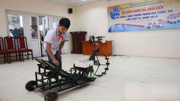 Học sinh lớp 8 trường làng Bắc Giang chế tạo máy cấy lúa khiến nhiều người kinh ngạc