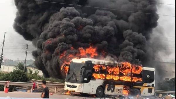 VỪA XONG: Xe khách cháy rừng rực như bó đuốc tại cao tốc Hà Nội - Bắc Giang