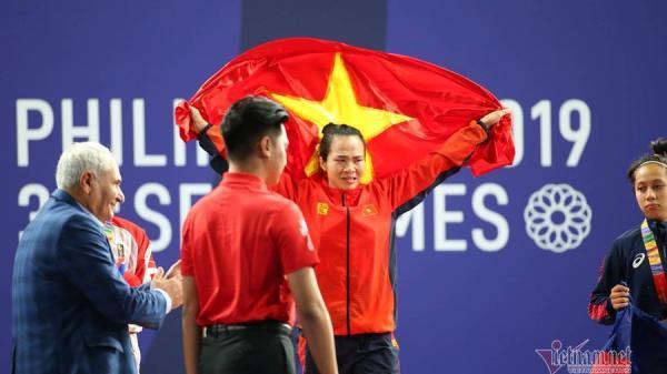 Lực sĩ Vương Thị Huyền quê Bắc Giang giành tấm HCV SEA Games 30 tưởng nhớ cha, mẹ đã khuất