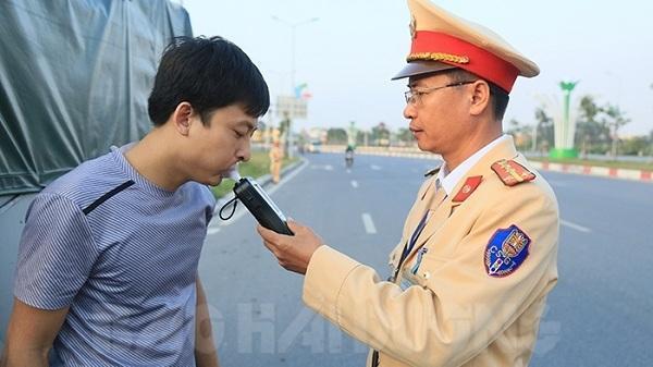 Lái xe Hưng Yên đầu tiên bị phạt 35 triệu đồng vì uống rượu