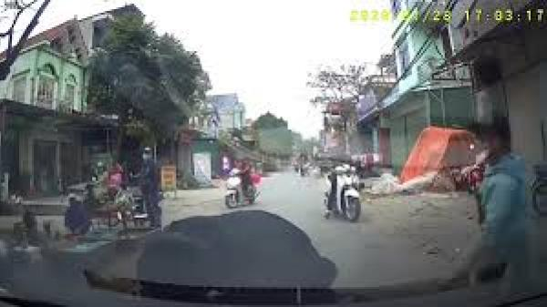 """CLIP: Camera hành trình vô tình """"bắt quả tang"""" người đàn ông dàn cảnh ăn vạ trước mũi xe ở Hưng Yên"""