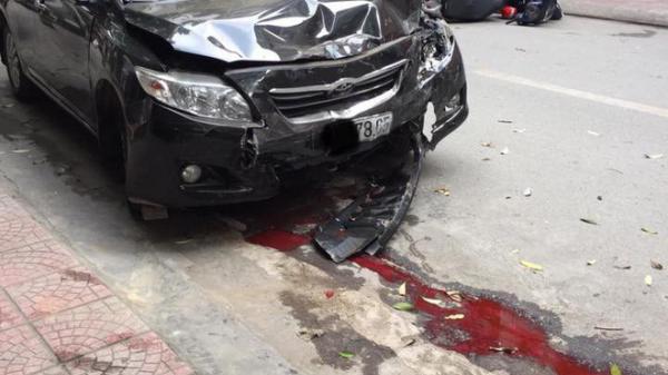 Sự thật dòng nước đỏ dưới bánh xe ô tô gây n.ạn trên phố sáng nay