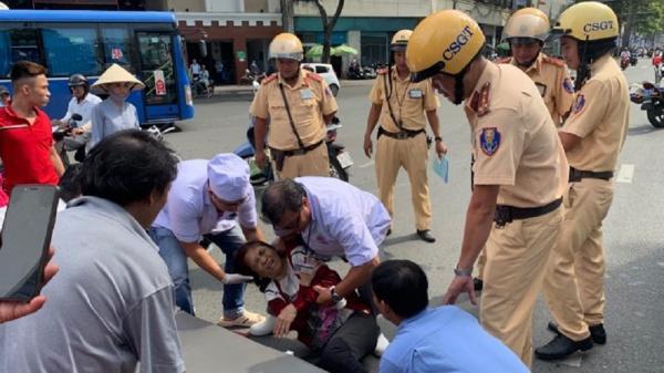 Người phụ nữ bị tai n.ạn nằm đau đớn giữa đường Sài Gòn