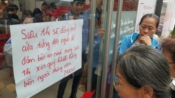 Siêu thị ở Sài Gòn giảm giá trước khi đóng cửa, người dân chen nhau mua sắm, uống nước cắn dở cả trái cây rồi bỏ lại tại quầy