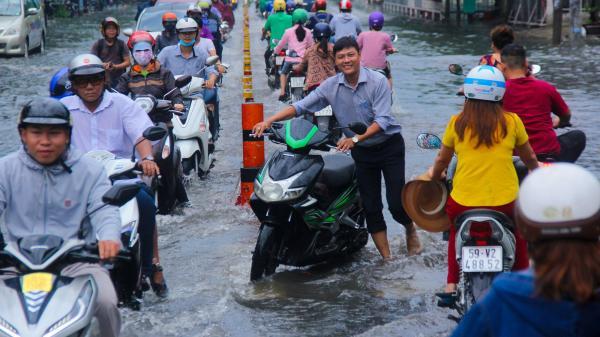 Mưa lớn từ chiều đến tối, người Sài Gòn ngán ngẩm cảnh ngập nước, kẹt xe trên đường về nhà