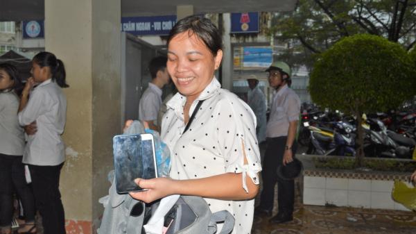 Giáo viên Cà Mau đội mưa giữ điện thoại giúp học trò thi THPT Quốc gia