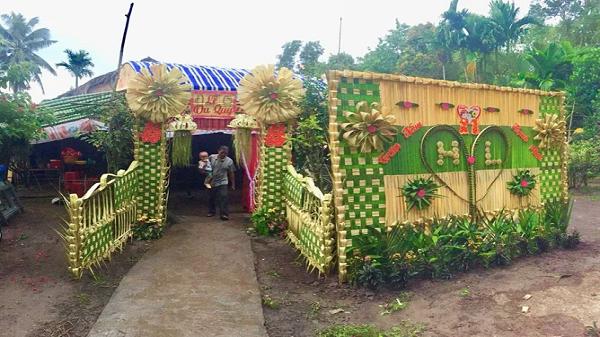 Hôn lễ với cổng cưới lá dừa gợi nhớ thập niên 1990