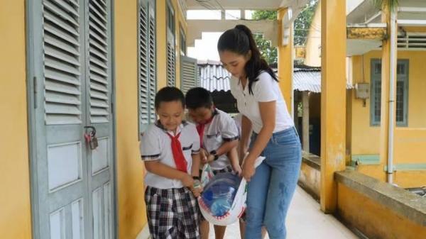 Hoa hậu Tiểu Vy mang nước sạch đến trẻ em Bến Tre