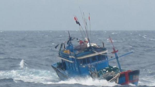 Sóng lớn nhấn chìm nhiều tàu cá trên vùng biển Cà Mau