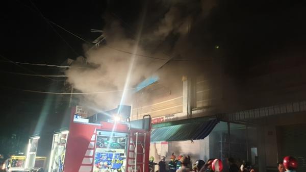 Cháy lớn ở chợ đầu mối Cà Mau, 5 người bị thương