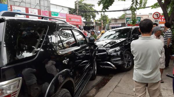 """TP.HCM: Xe """"điên"""" lao vào hàng loạt xe máy và ô tô, hất văng nhiều người ngã xuống đường"""