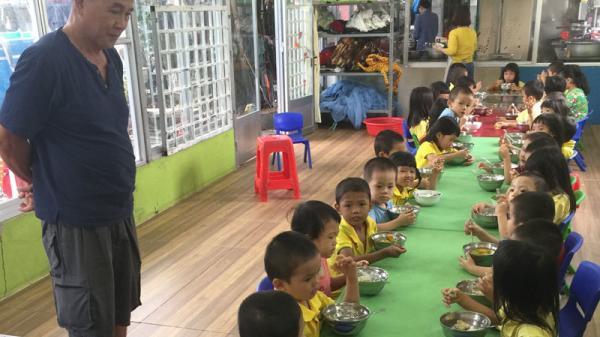 Em bé bị bỏ rơi lúc 2 ngày tuổi ở Sài Gòn, 5 năm sau mẹ dẫn nhóm người giàu đến tìm