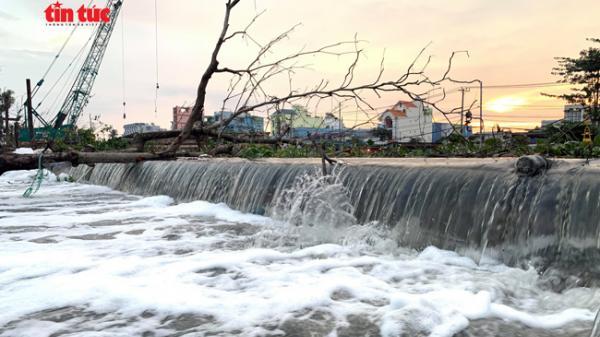 Vỡ bờ bao do triều cường ở Sài Gòn, nhiều nhà dân quận 8 chìm trong nước