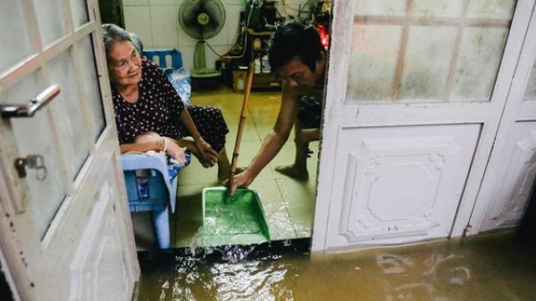 Ảnh: Triều cường gần đạt đỉnh gây ngập cả khu phố Sài Gòn, có gia đình vừa đứng vừa ăn cơm, có nhà ngập gần tới nóc