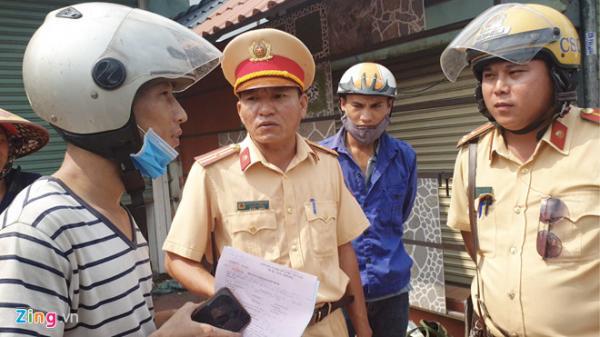 Dắt xe máy ngược chiều qua mặt CSGT, 20 tài xế ở TP.HCM bị xử phạt
