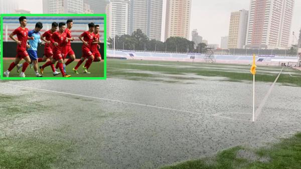 Trước trận U22 Việt Nam - U22 Singapore: Sân vận động Rizal Memorial mưa lớn xối xả, nước ngập lênh láng
