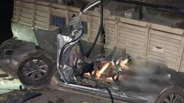 Phú Thọ: Hai cha con mắc k.ẹt trong chiếc xe n.át bươm sau khi đ.ấu đầu với xe tải