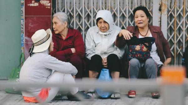 Ảnh: Không khí giảm còn 20 độ C vào sáng sớm, người Sài Gòn co ro trong cái lạnh những ngày chớm đông
