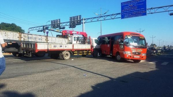 TP.HCM: Xe tải cẩu t.ông xe khách đẩy đi nhiều mét, nhiều người bị t.hương g.ào k.hóc kêu cứu