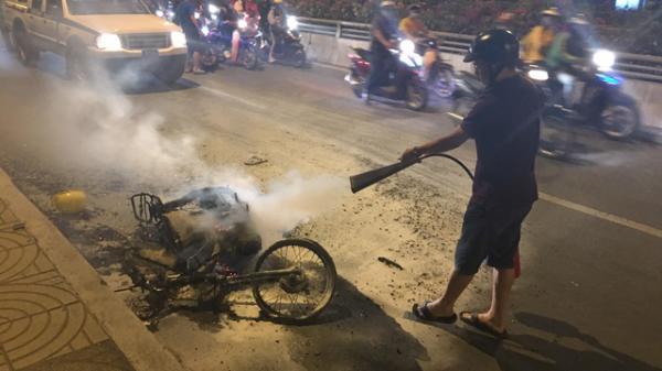 """TP.HCM: Xe máy c.háy trơ khung khi đi """"bão"""" sau trận thắng của U22 Việt Nam trước Campuchia"""