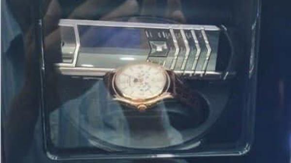 Ông Đoàn Ngọc Hải đã bán được điện thoại Vertu, đồng hồ siêu sang giá 2 tỷ để mua nhà cho người vô gia cư