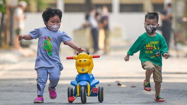 Hình ảnh ấm lòng bên trong khu cách ly Trúc Bạch: Trẻ em thoải mái đeo khẩu trang vui đùa, từng nhà được phát hoa quả và vitamin C