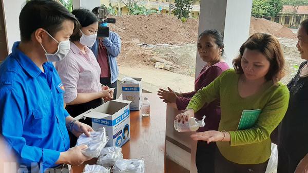 Chi nhánh Ngân hàng CSXH tỉnh Hà Nam hướng dẫn khách hàng phòng chống dịch Covid - 19