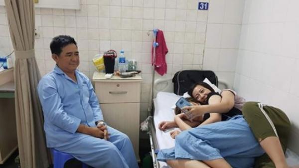 2 cô con gái rượu vào viện thăm ba, được nhường chiếc giường bệnh nằm nghỉ mệt, mẹ nhanh tay chụp lại bức ảnh hot