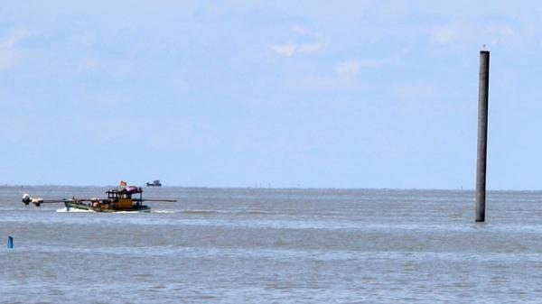 Cà Mau tạm dừng thi công 5 trụ điện gió giáp biển Gành Hào