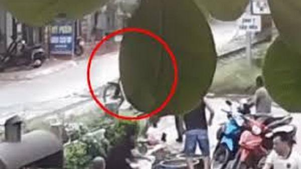 Clip: Người phụ nữ nhanh trí cứu người đàn ông thoát chết trước đầu tàu hỏa