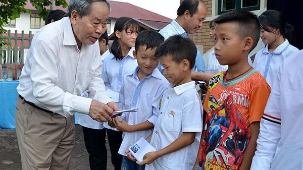 Điện Biên: Trao 30 suất học bổng cho học sinh nghèo vượt khó học giỏi