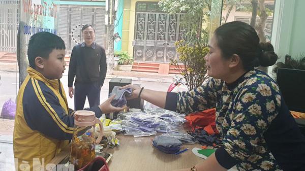 Hà Nam: 1 nhà may phát khẩu trang miễn phí cho người dân