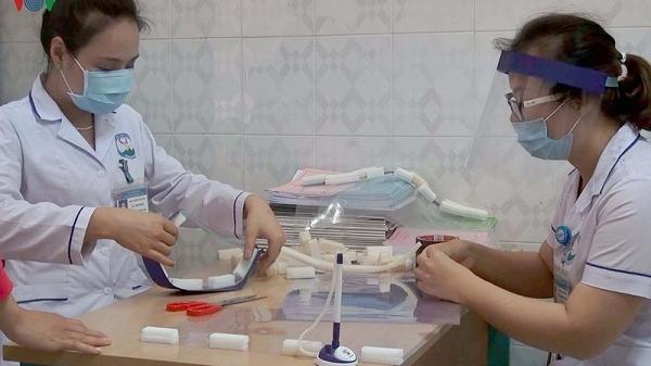 """Hòa Bình: Nữ điều dưỡng mất 10 phút để """"tự chế"""" mũ bảo hộ y tế ngăn giọt bắn"""