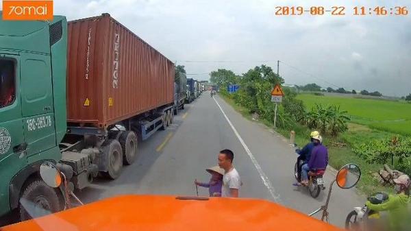 Hải Dương: Tài xế container dừng xe dẫn bà lão sang đường giữa trưa nắng
