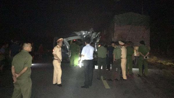 Xe khách biến dạng khi đâm xe container, 14 người bị thương