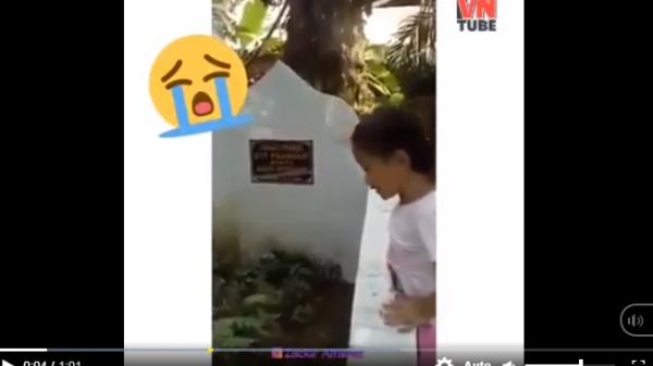 """Clip bé gái đứng trước mộ mẹ đã k.huất liên tục gọi """"mẹ ơi"""", giơ tay đòi ôm mẹ làm hàng nghìn người xúc động"""