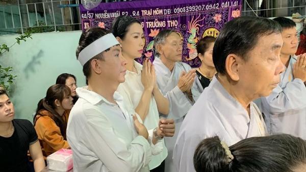 TIN BUỒN: Một ca sĩ nổi tiếng vừa qua đời, Long Nhật đeo khăn t.ang, lo toan như người thân trong gia đình