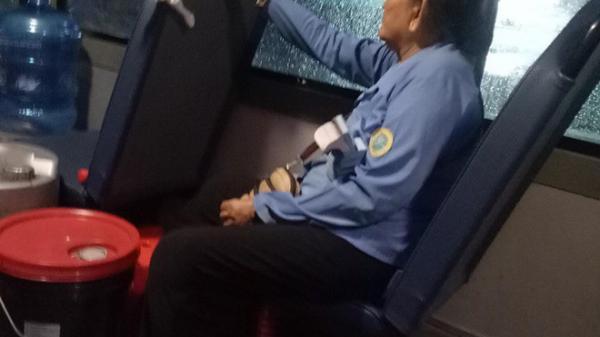 """Sài Gòn 1 ngày mưa: Câu chuyện cảm động của bà cụ ôm bao ve chai và câu nói """"nóng giận"""" của cô phụ xe khiến ai cũng ngỡ ngàng"""