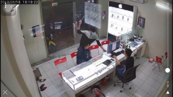 CLIP: Chủ cửa hàng điện thoại ở Sài Gòn bị tru.y s.át