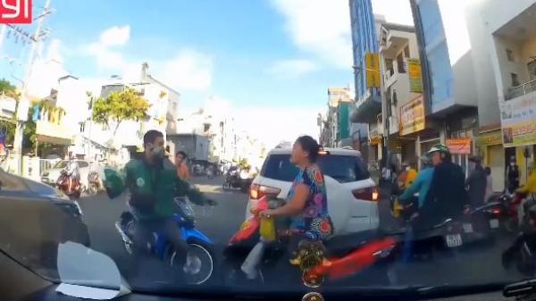 TPHCM: Thanh niên Grap cầm mũ đập vào đầu người phụ nữ lớn tuổi