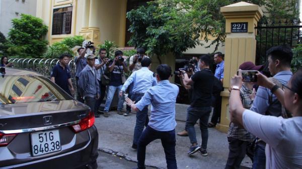 TPHCM: Ông Nguyễn Hữu Linh h ốt ho ảng chạy vào phòng vệ sinh tr ốn phóng viên trước giờ xét xử